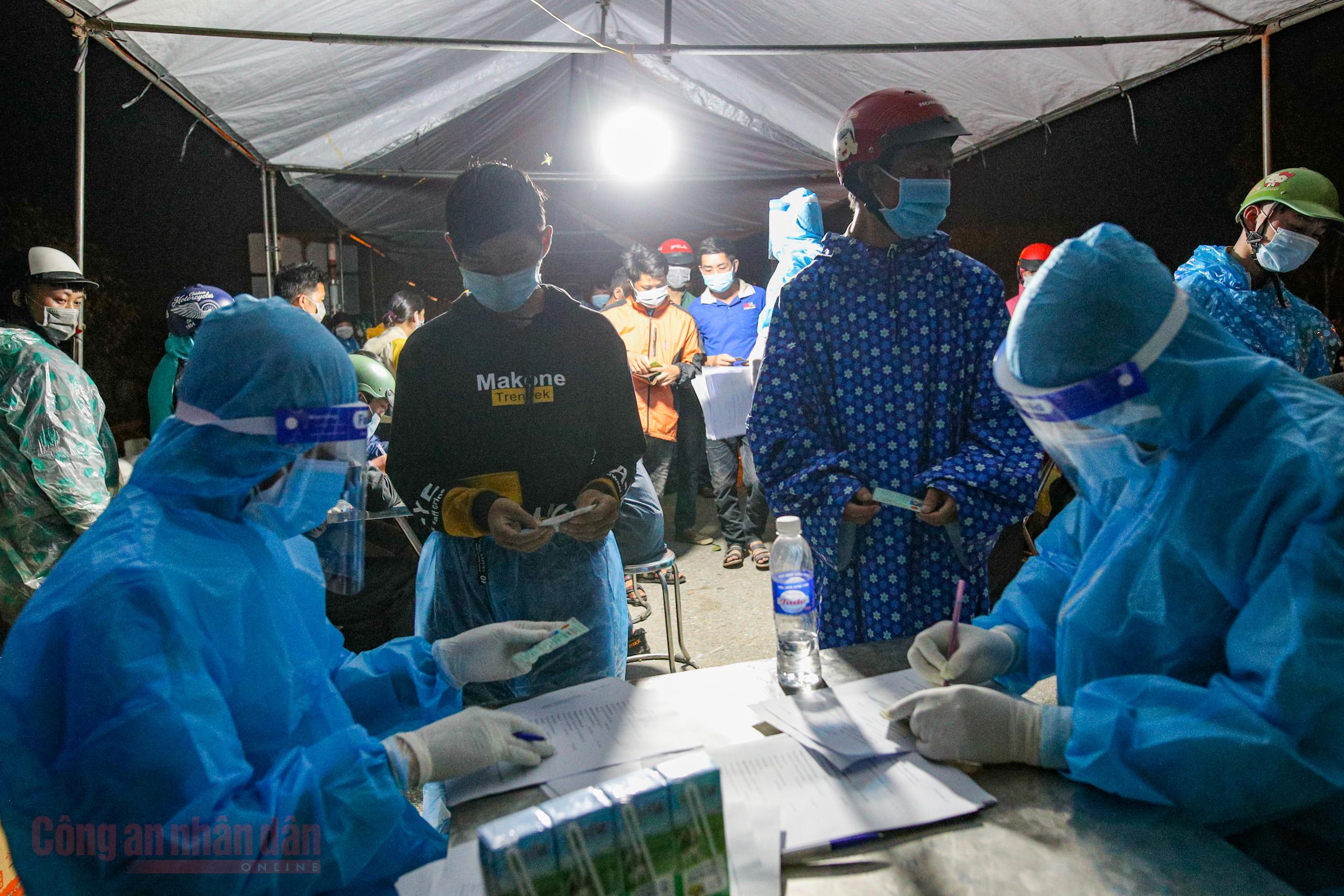 Công an Hà Nội xuyên đêm giúp đỡ người dân trở về từ vùng dịch Bình Dương -0