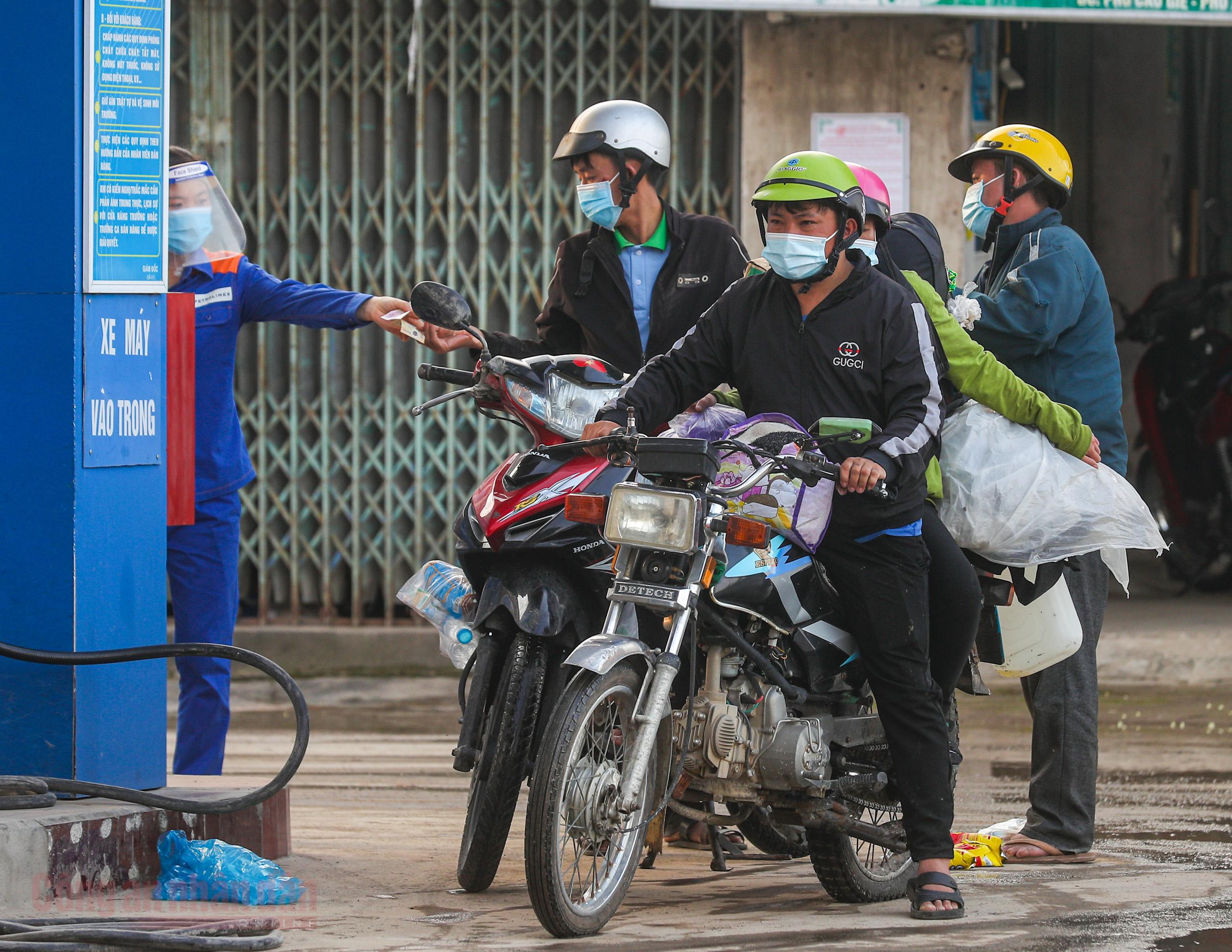 Công an Hà Nội xuyên đêm giúp đỡ người dân trở về từ vùng dịch Bình Dương -2