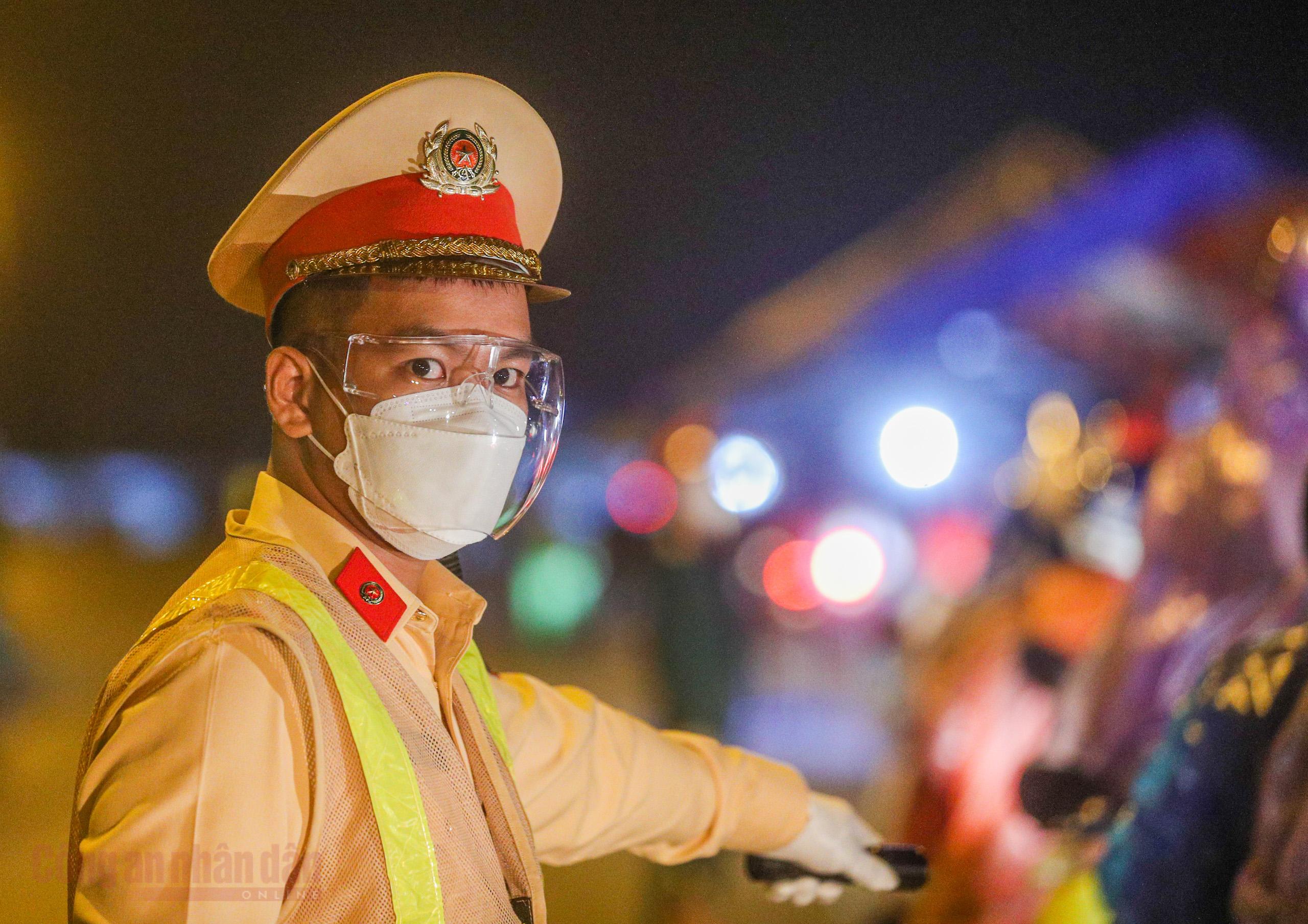 Công an Hà Nội xuyên đêm giúp đỡ người dân trở về từ vùng dịch Bình Dương -3