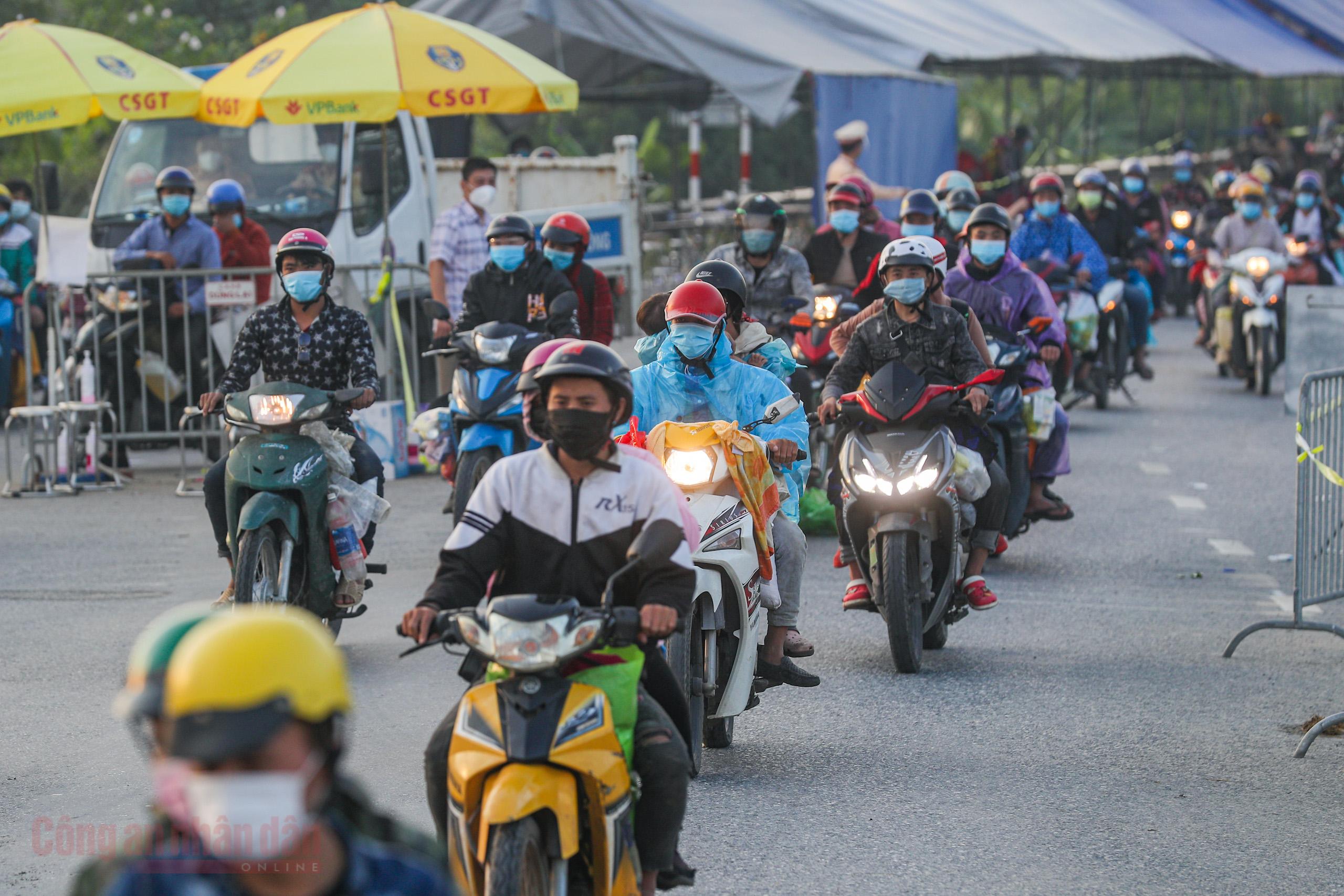 Công an Hà Nội xuyên đêm giúp đỡ người dân trở về từ vùng dịch Bình Dương -4