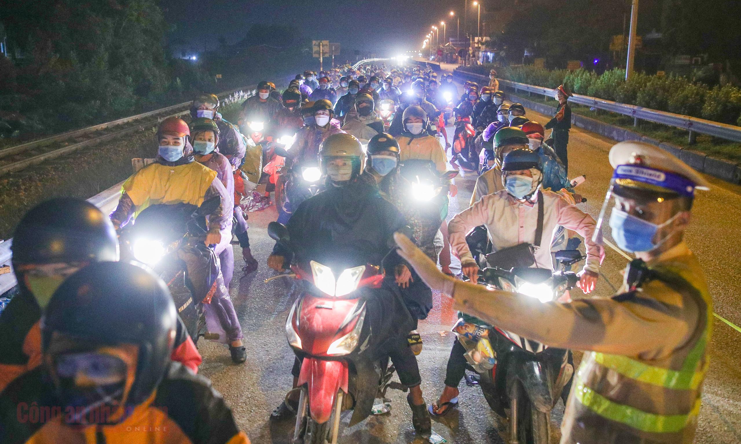 Công an Hà Nội xuyên đêm giúp đỡ người dân trở về từ vùng dịch Bình Dương -5