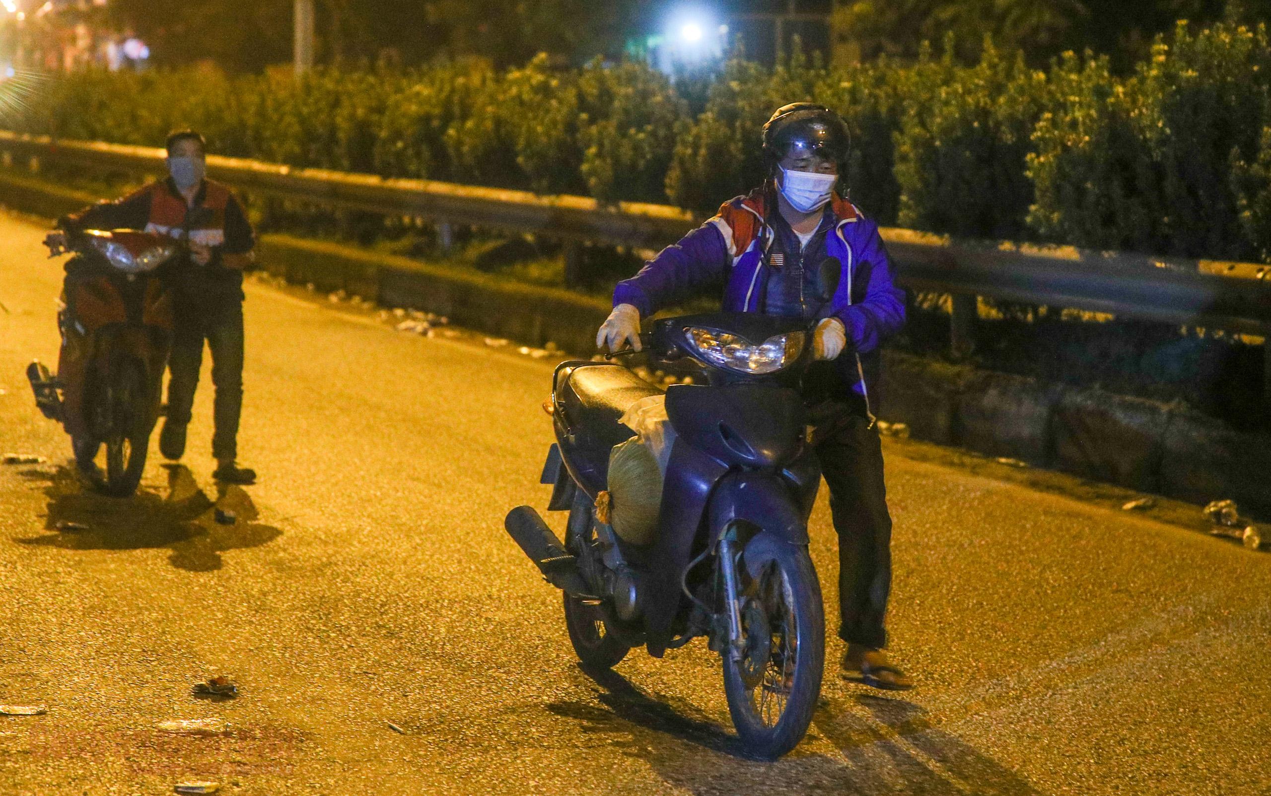Công an Hà Nội xuyên đêm giúp đỡ người dân trở về từ vùng dịch Bình Dương -6