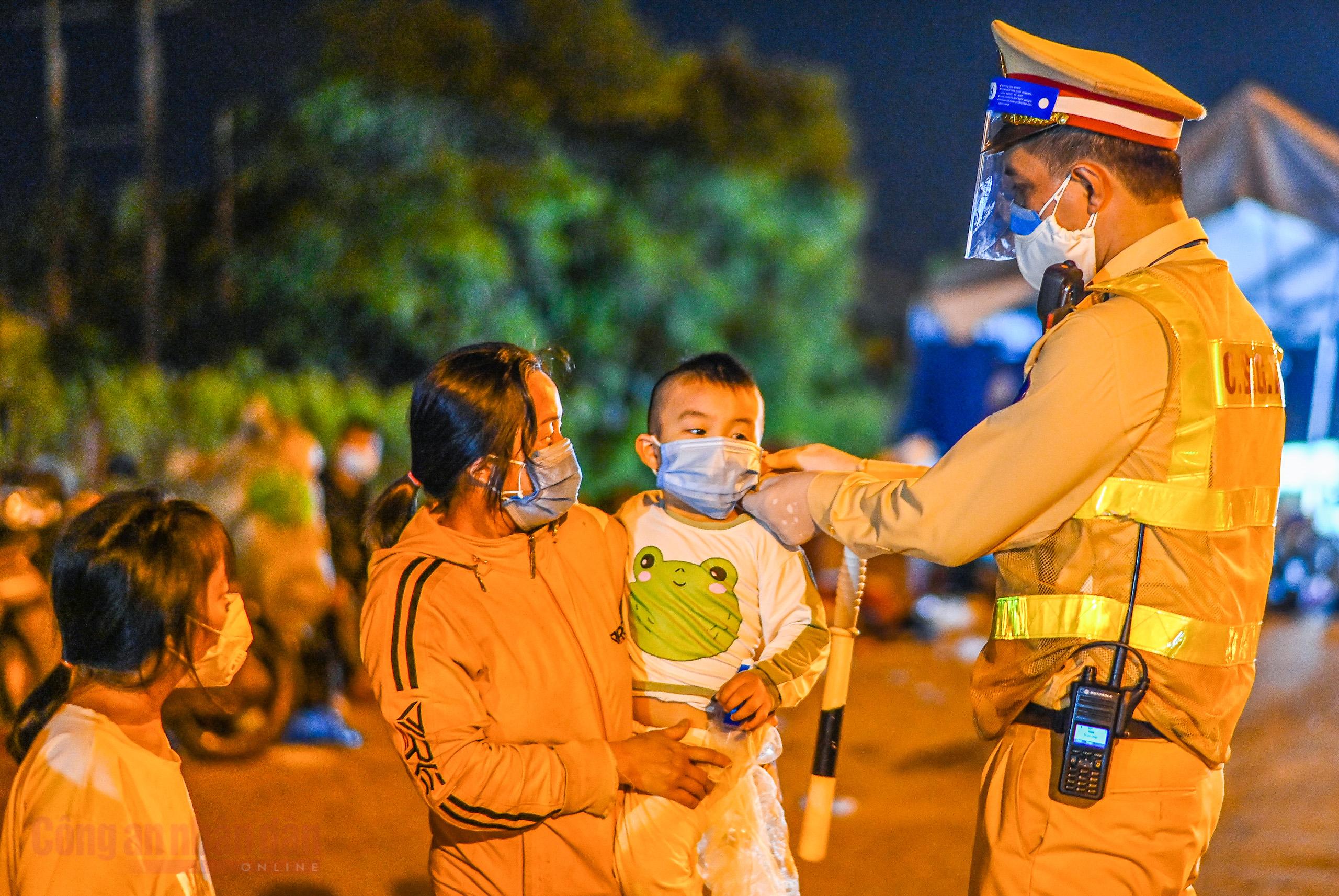 Công an Hà Nội xuyên đêm giúp đỡ người dân trở về từ vùng dịch Bình Dương -7