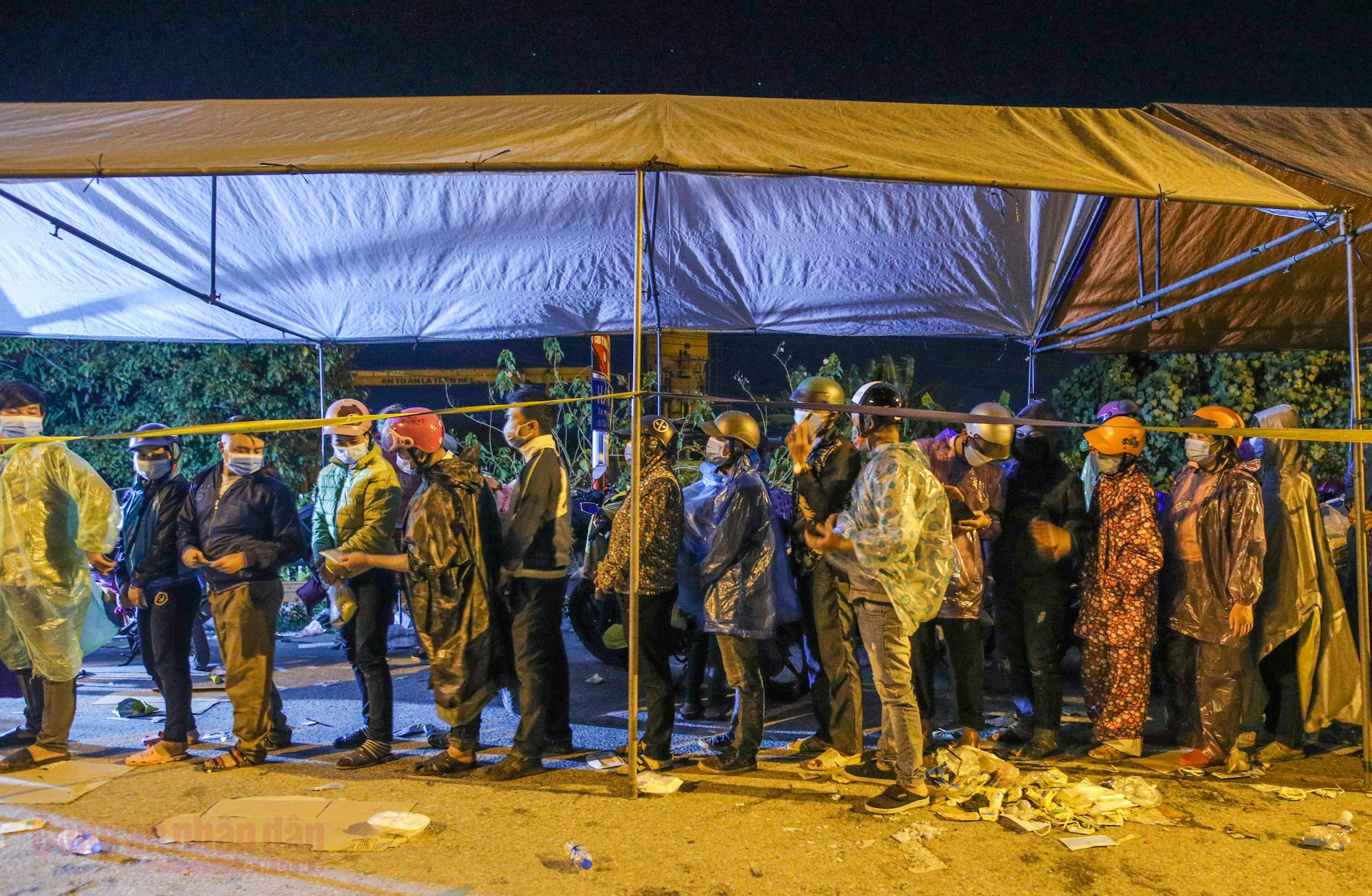 Công an Hà Nội xuyên đêm giúp đỡ người dân trở về từ vùng dịch Bình Dương -8