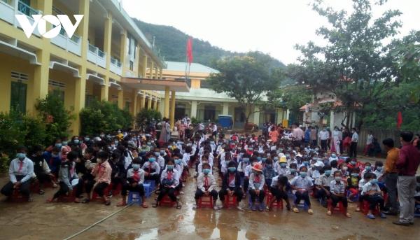 Vietnamese students begin new school year in person, online -0