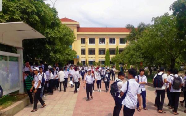 Quang Binh presents 1,000 smartphones to poor students -0