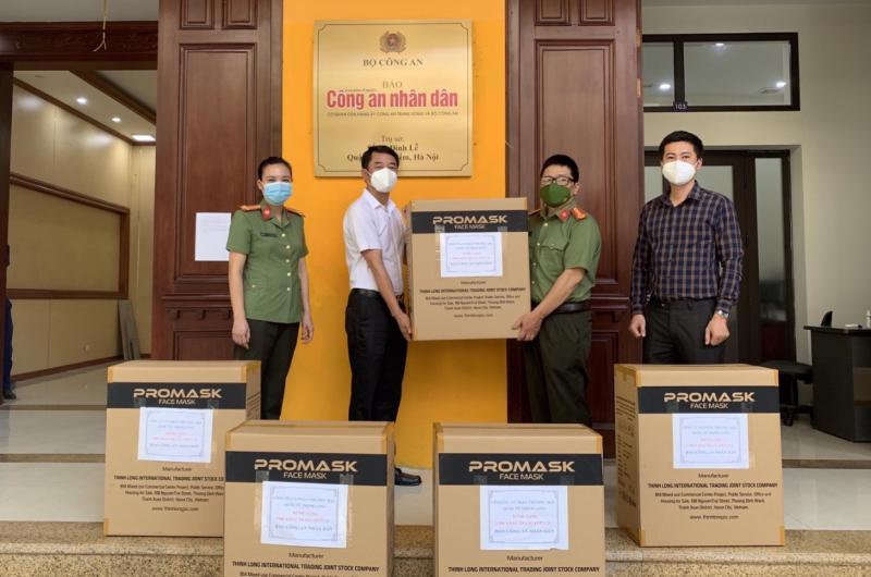 Trao tặng Báo CAND 5.000 khẩu trang y tế FFP2 -0