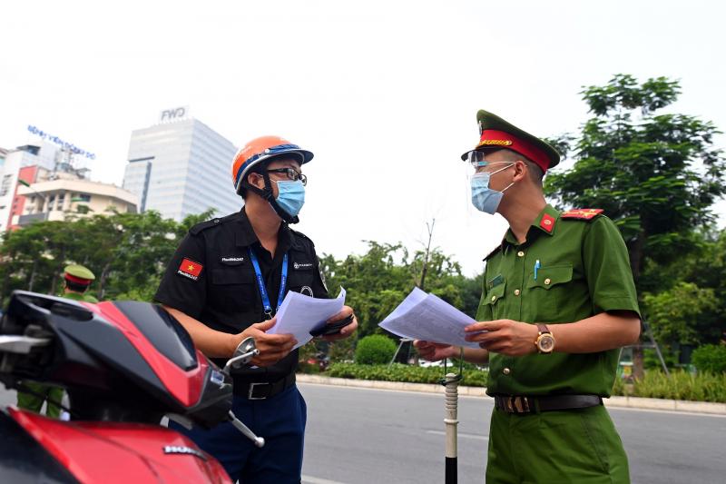 Hà Nội điều chỉnh việc kiểm tra giấy đi đường: Không cần lịch công tác,  phân công nhiệm vụ - Báo Công an Nhân dân điện tử
