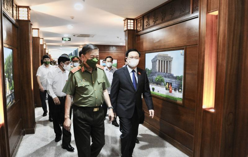 Chủ tịch Quốc hội Vương Đình Huệ thăm, làm việc tại Trung tâm Dữ liệu Quốc gia về dân cư -1