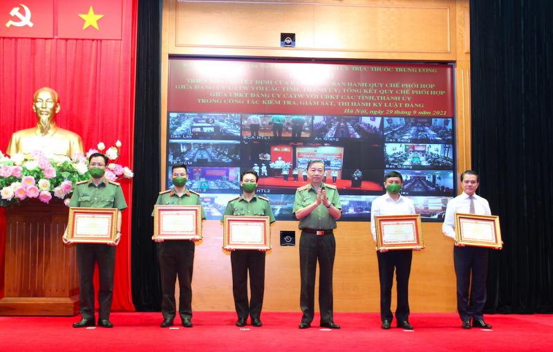 Bộ trưởng Tô Lâm tặng Bằng khen cho các tập thể, cá nhân có thành tích xuất sắc. Ảnh: Quỳnh Vinh