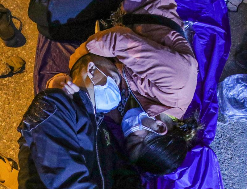 Công an Hà Nội xuyên đêm giúp đỡ người dân trở về từ vùng dịch các tỉnh phía Nam -0